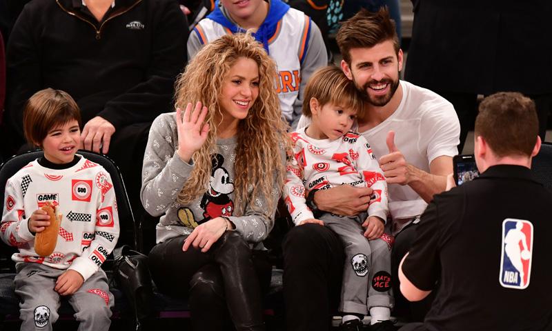 ¡Risas, besos y perritos calientes! Shakira y Piqué disfrutan del 'basket' con sus hijos