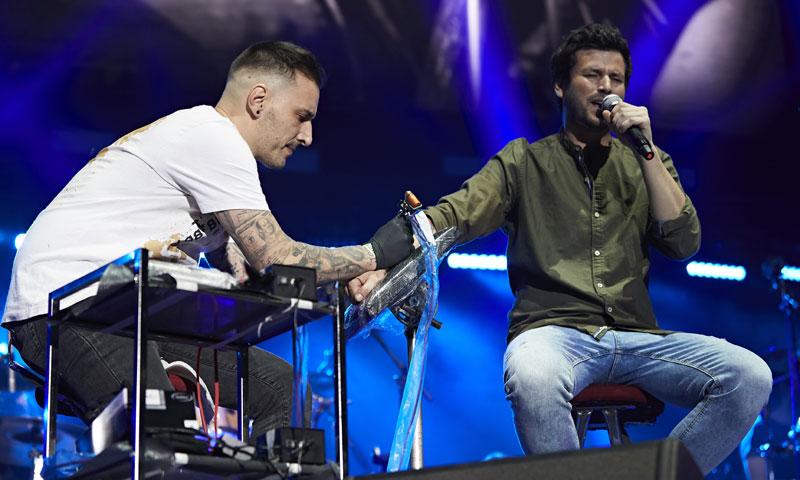 Willy Bárcenas, de Taburete, se tatúa en directo durante su concierto en Madrid