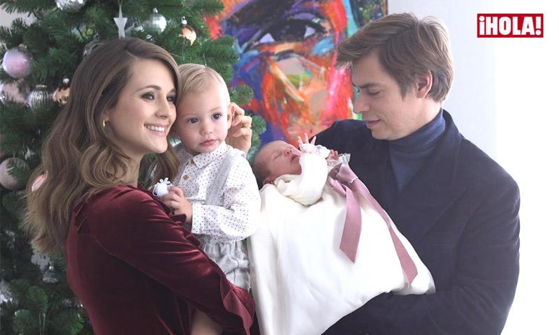 Carlos Baute y Astrid Klisans, risas y besos con sus dos hijos, Markuss y Liene, en su posado para ¡HOLA!