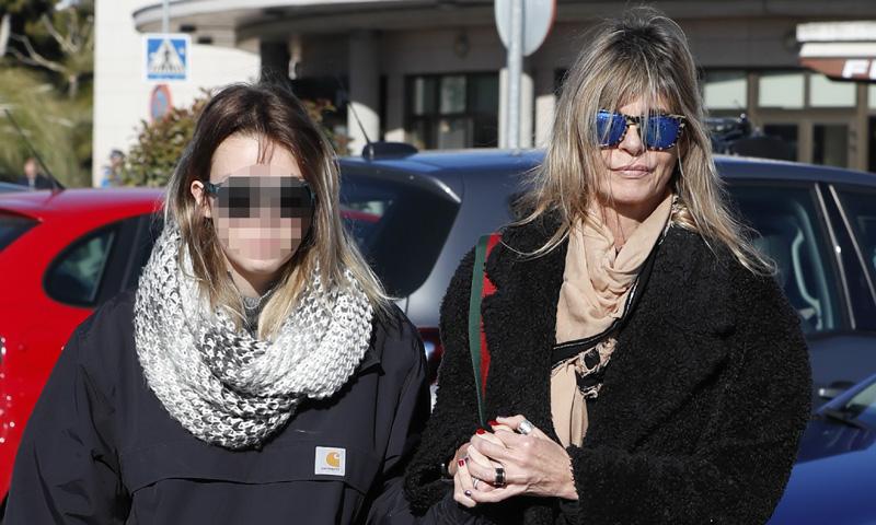 Arancha de Benito y su hija, muy afectadas en la despedida de Diana Quer