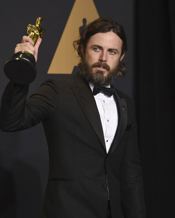 Casey Affleck recibiendo el Oscar