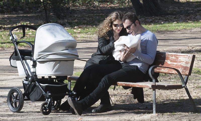 El primer paseo de Silvia Abascal y Xabier Murua con su pequeña Leona