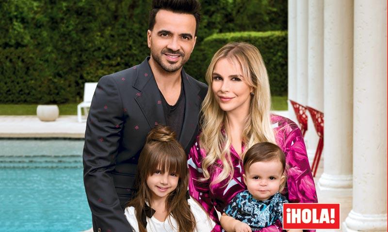 En ¡HOLA!, Luis Fonsi posa por primera vez con su familia en su casa de Miami