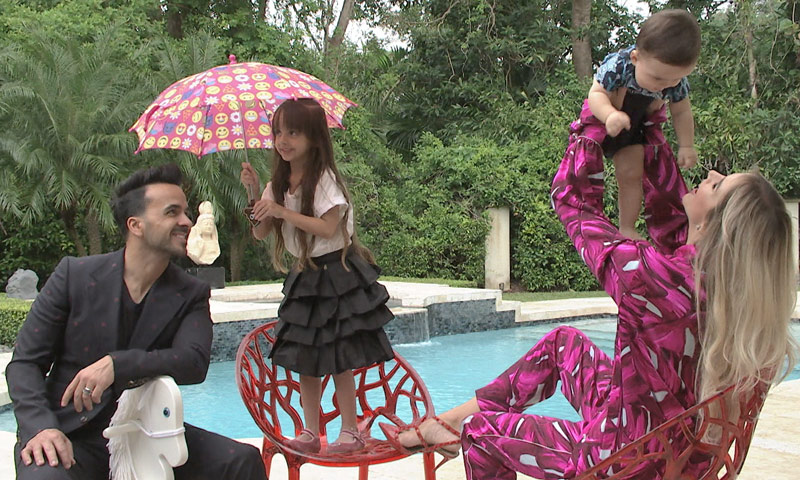Los hijos de Luis Fonsi y Águeda López, los divertidos protagonistas de su posado en familia