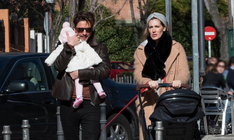 EXCLUSIVA: Manuel Carrasco y Almudena Navalón, dos felices papás de paseo con la pequeña Chloe