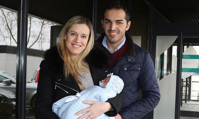 Andrea Prat y su marido presentan a su segundo hijo, Hugo