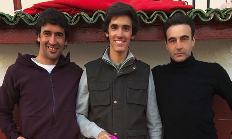 Raúl González torea con su hijo Jorge en la finca de Enrique Ponce