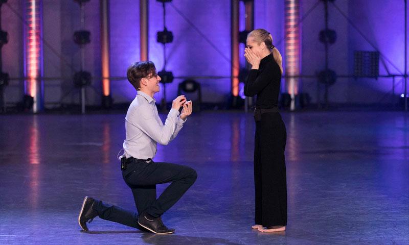 ¡Petición de matrimonio en directo! Una concursante de 'Fama a bailar' sorprendida por su novio