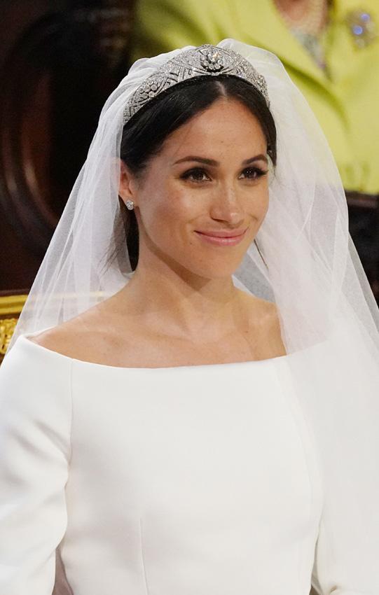 llegada-meghan-vestido-tiara