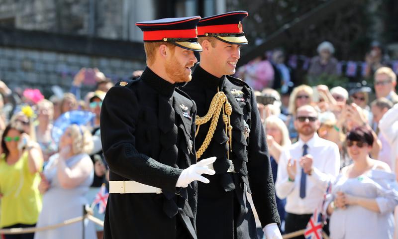 El príncipe Harry llega a la capilla de San Jorge acompañado de su hermano