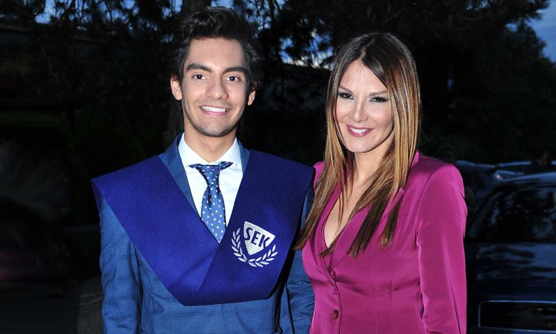 Ivonne Reyes, una madre orgullosa en la graduación de su hijo Alejandro