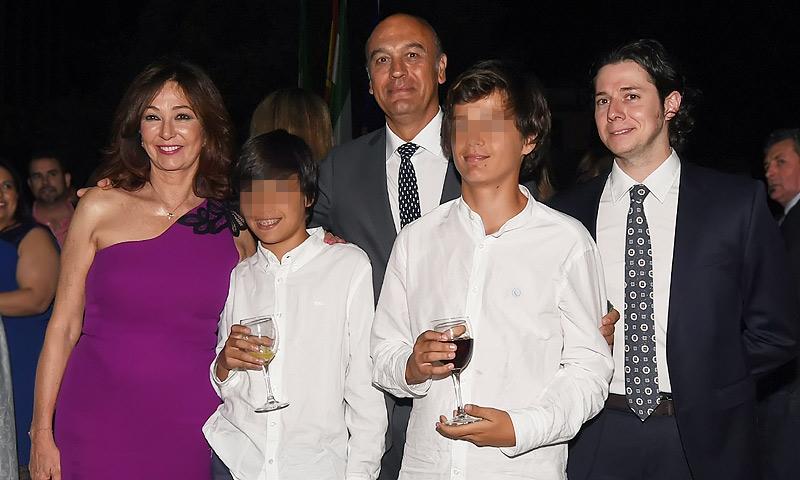 Ana Rosa Quintana, arropada por su marido y sus hijos, en un homenaje con un significado muy personal