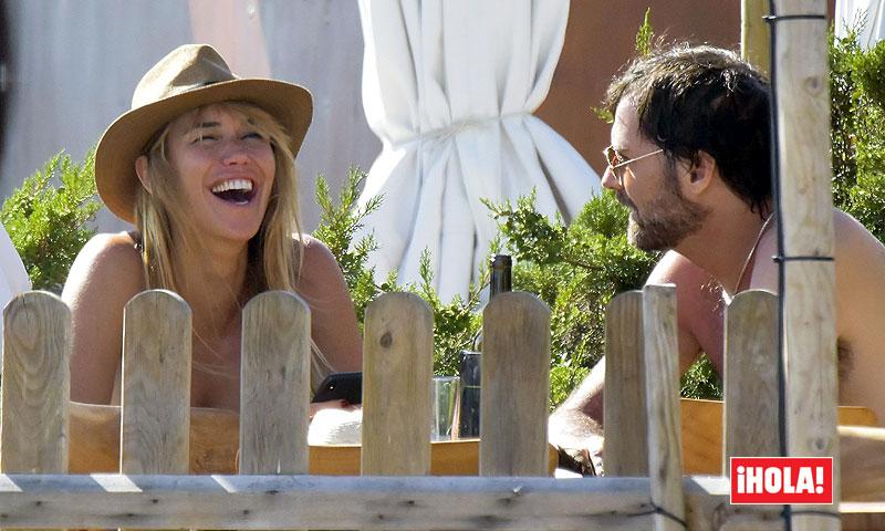 EXCLUSIVA: Raquel Meroño feliz y muy bien acompañada en su escapada a Ibiza