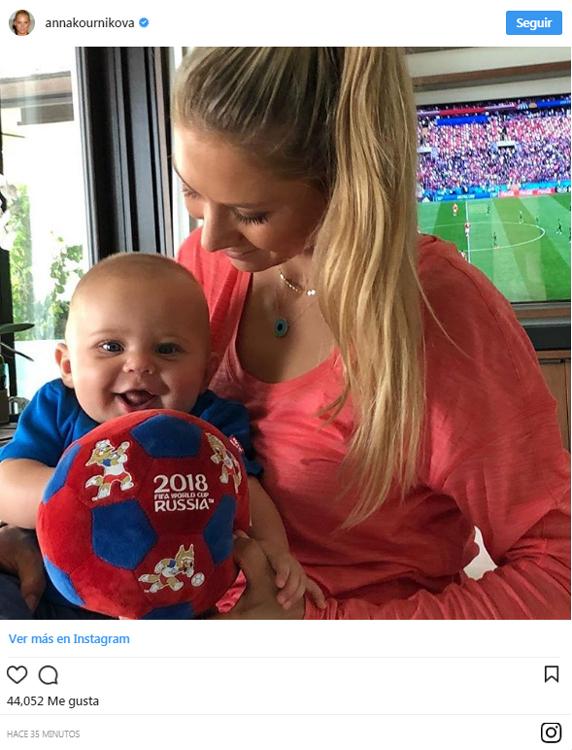 Anna Kournikova disfruta con uno de sus mellizos del Mundial de Rusia