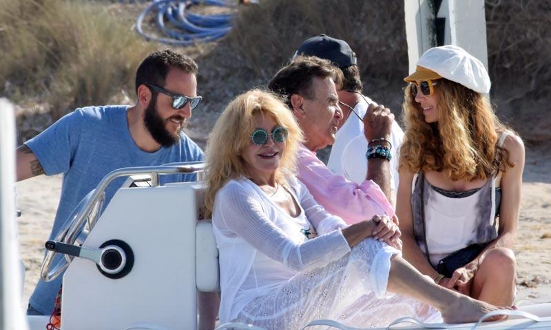 La Baronesa Thyssen presume de familia numerosa en Ibiza