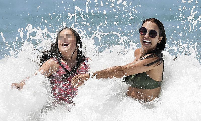 ¡Luchando contra las olas! El divertido día de playa de Paula Echevarría y su hija Daniella
