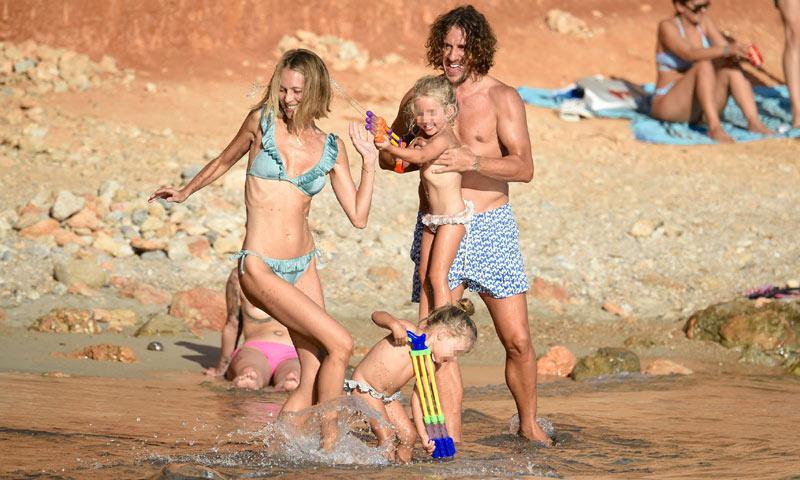 Castillos de arena y baños en el mar: Carles Puyol y Vanesa Lorenzo, día de playa con sus hijas en Ibiza
