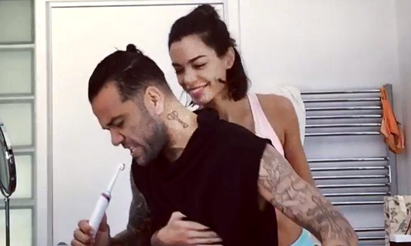 Dani Alves y Joana Sanz revolucionan las redes sociales cantando y bailando en el baño