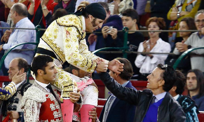 Juan José Padilla torea su última corrida en una plaza española rodeado de diestros