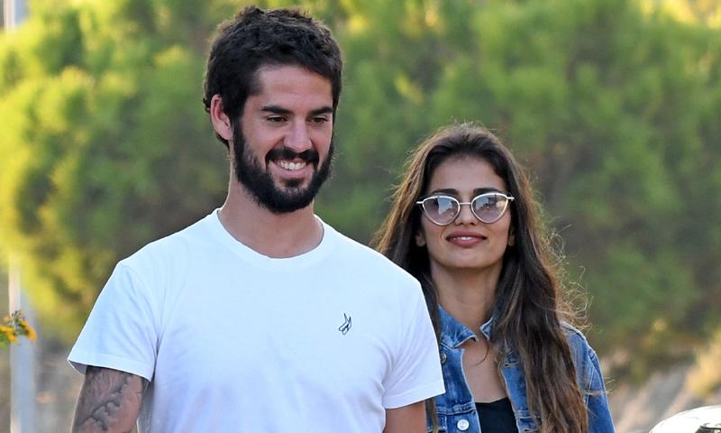 ¡Todo sonrisas! Isco Alarcón y Sara Sálamo pasean su amor por Málaga