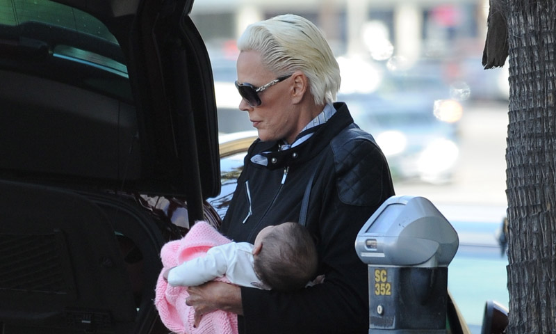 Brigitte Nielsen, de paseo con su hija Frida tras volver a ser madre a los 54 años