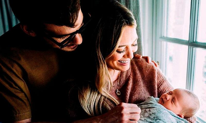 Hilary Duff presenta a su bebé recién nacido