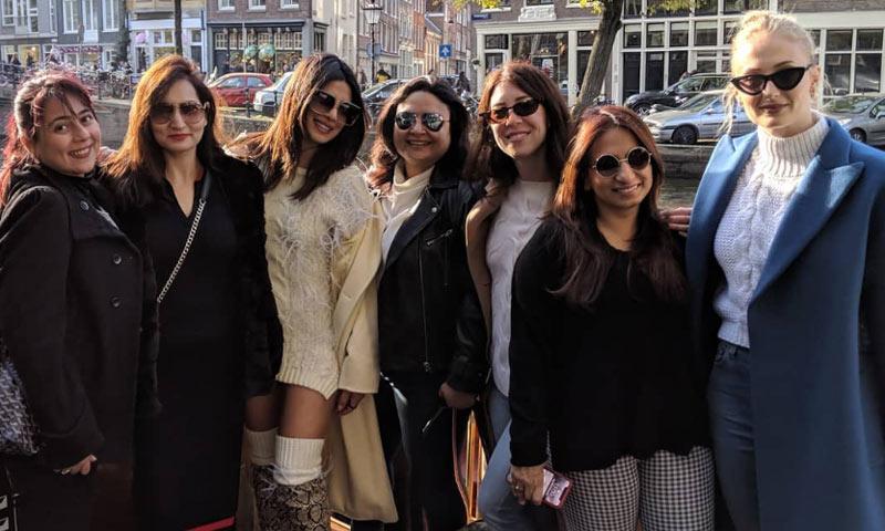 Priyanka Chopra y Sophie Turner, dos cuñadas muy bien avenidas de despedida de soltera