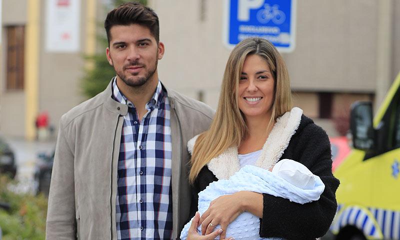 El deportista olímpico Cristian Toro y su pareja, Susana Salmerón, presentan a su bebé
