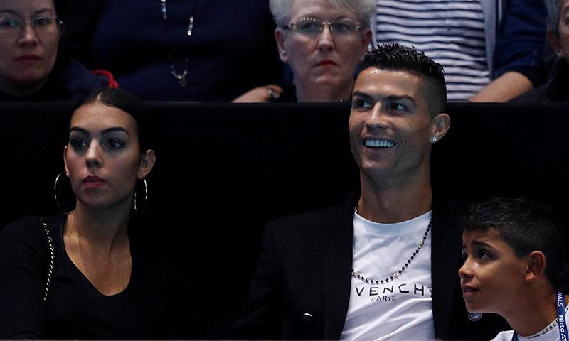 Besos, risas y hasta un 'pelotazo'... Georgina y Cristiano disfrutan de una frenética jornada en el tenis