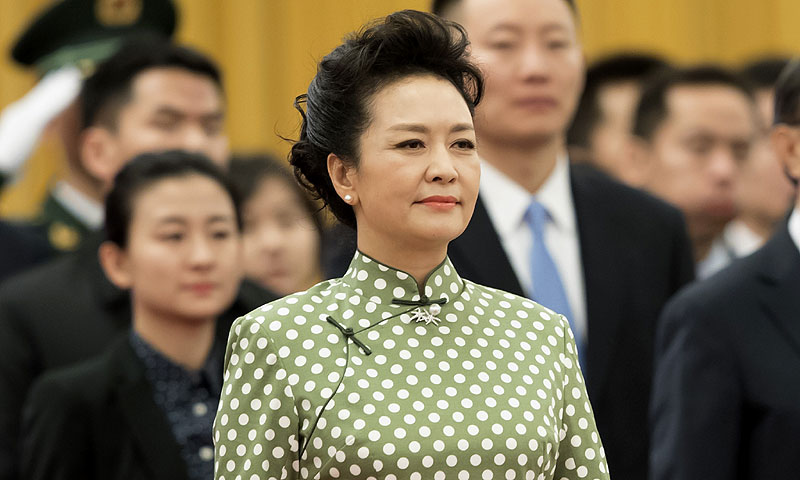 Icono de estilo y cantante folclórica: así es Peng Liyuan, la primera dama china que se reunirá con doña Letizia