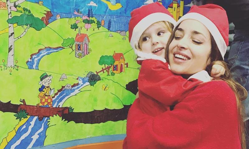 ¡Dos tiernas Mamá Noel y mucho arte! así vive la hija de Lorena Van Heerde su primera fiesta de Navidad