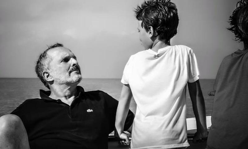En ¡HOLA!, Miguel Bosé: 'No estoy enfermo. Soy superfeliz y mis hijos me dan la vitalidad diaria que necesito'