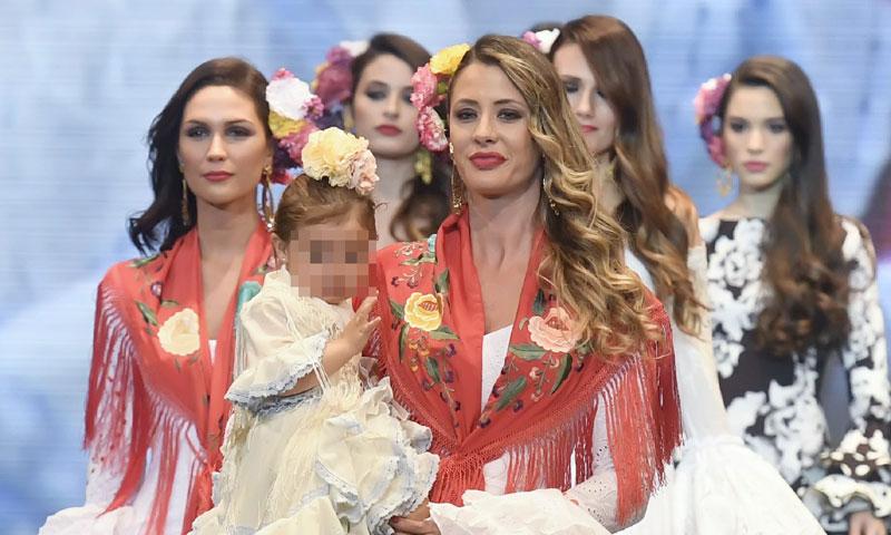 La hija de Elisabeth Reyes, improvisada modelo en la pasarela Simof