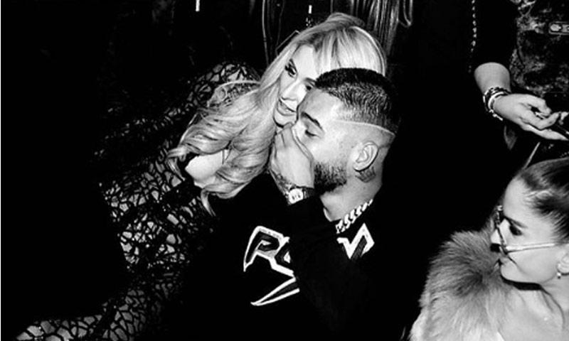 ¿Qué hace Maluma contándole secretos al oído a Paris Hilton?