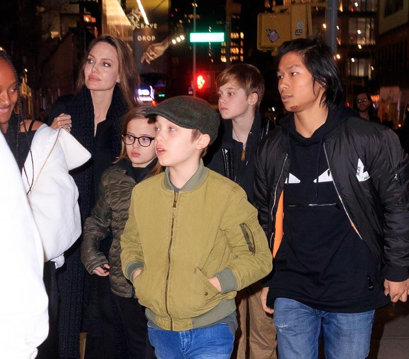 Angelina con sus hijos Knox, Vivienne, Pax y Shiloh