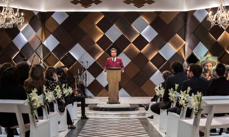 Las celebridades más atrevidas se animan a presenciar cómo sería ¡su propio funeral!