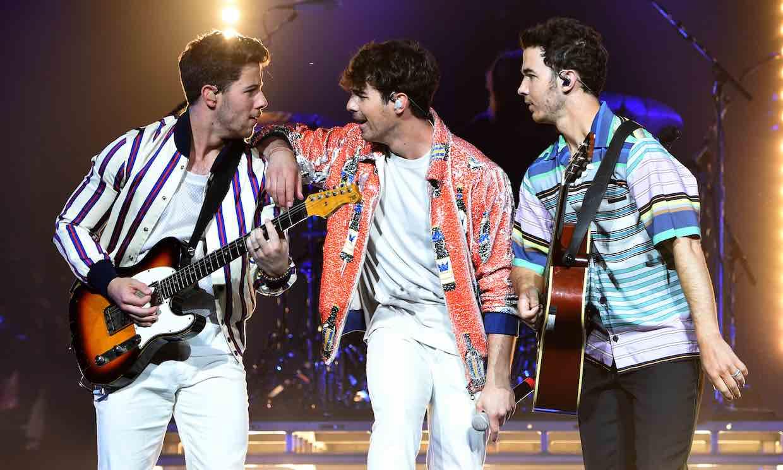 ¡Los reyes de la pista! Los Jonas Brothers sorprenden con un show improvisado en un local universitario