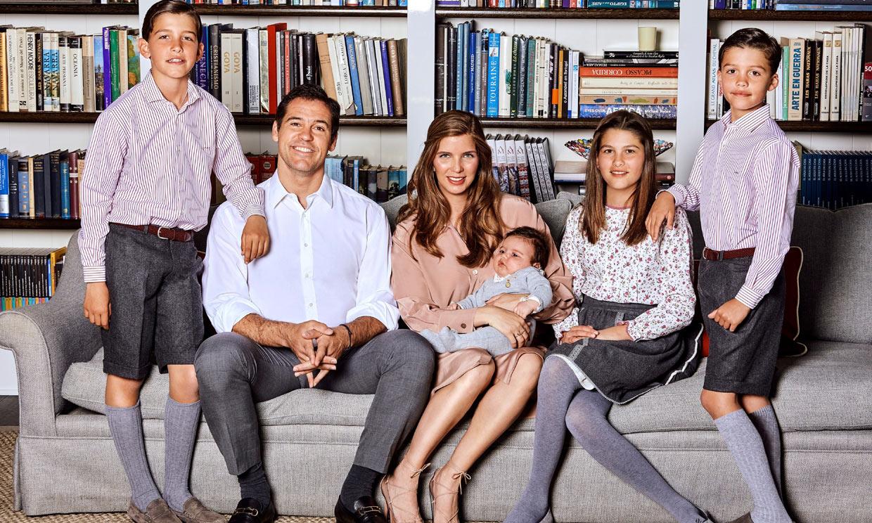 Luis Alfonso de Borbón y Margarita Vargas presentan a su cuarto hijo con un entrañable posado familiar
