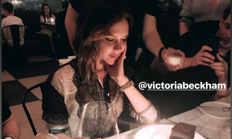 Victoria Beckham celebra por adelantado su cumpleaños con tarta, velas y rodeada de amigos
