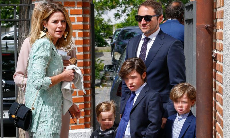 Amelia Bono y Manuel Martos, rodeados de la familia al completo, en la comunión de su hijo