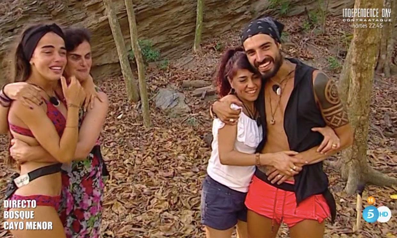 Violeta y Fabio por fin se reencuentran con sus madres en 'Supervivientes'