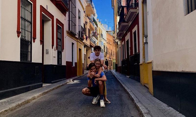 David Beckham y Victoria no están solos, ¡han viajado en familia a Sevilla!