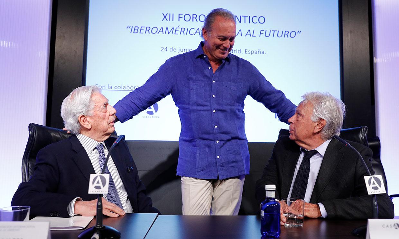 La charla de Bertín Osborne, Mario Vargas Llosa y Felipe González con unas espectadoras de excepción