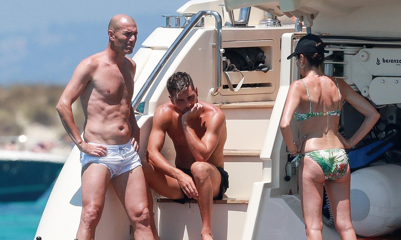 La familia 'modelo' de Zidane surca de nuevo las aguas de Ibiza