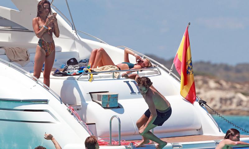 EXCLUSIVA: Pepe Barroso Jr. se divierte con sus amigos en aguas de Ibiza