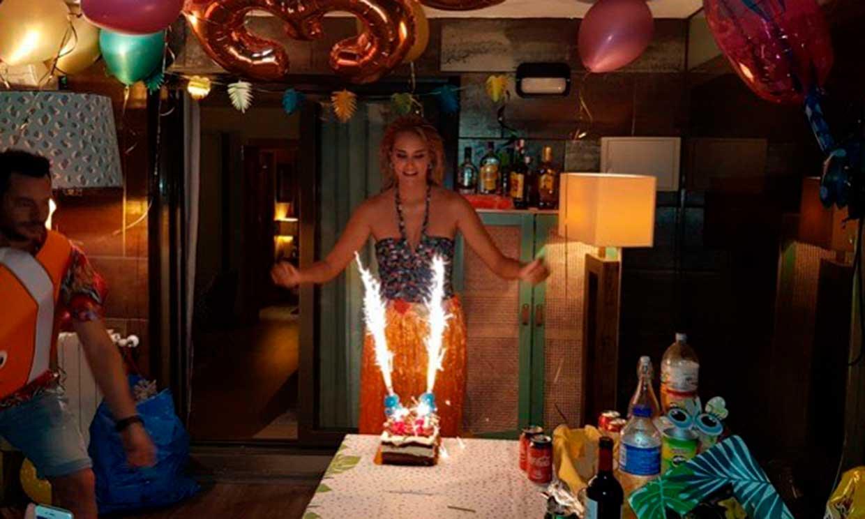 Fiesta hawaiana, mucho amor y un misterioso mensaje, así ha soplado las 33 velas Alba Carrillo