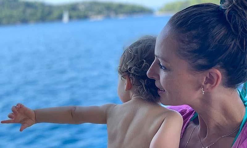 Eva González 'conquista' a Lourdes Montes con la imagen más tierna del verano