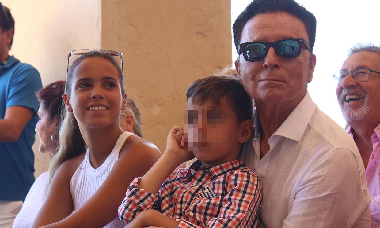 Gloria Camila reaparece, arropada por su familia, pero mantiene su silencio