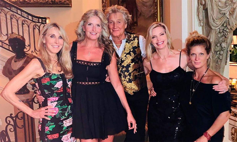 La curiosa instantánea de Rod Stewart junto a cuatro mujeres de su vida con las que ha tenido siete hijos