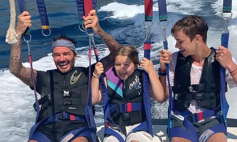 La divertida reacción de Harper Beckham haciendo 'parasailing'